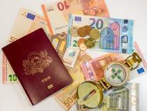 Passeport, argent et boussole - préparez pour voyager n'importe où Photographie stock