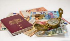 Passeport, argent et boussole - préparez pour voyager n'importe où Photo libre de droits