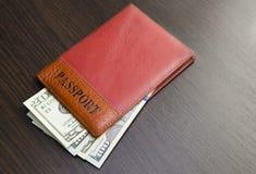 Passeport avec de l'argent Images stock