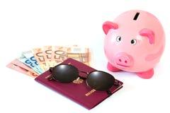 Passeport avec l'argent et la tirelire images stock