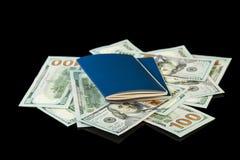 Passeport avec l'argent pour le voyage Photo stock