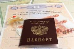 Passeport avec le simulacre du bébé et l'argent, maternels, certificat de naissance Images stock