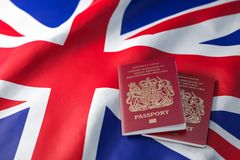 Passeport BRITANNIQUE sur le drapeau du Royaume-Uni Obtention d'un concept BRITANNIQUE de passeport, de naturalisation et d'immig illustration stock