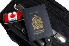 Passeport canadien avec le bagage et les étiquettes images libres de droits