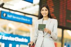Passeport d'homme d'affaires en voyage Photo stock