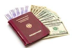 Passeport d'Union européenne avec de l'argent Photographie stock