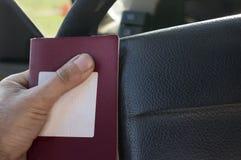 Passeport dans le conducteur Hands photos libres de droits