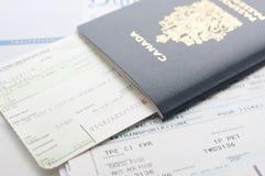 Passeport de Canada avec la carte d'embarquement Photographie stock libre de droits