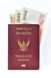 Passeport de la Thaïlande avec des billets de banque Photo libre de droits
