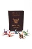 Passeport de la Thaïlande avec des billets de banque d'oiseau Image libre de droits