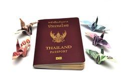 Passeport de la Thaïlande avec des billets de banque d'oiseau Photo libre de droits