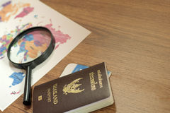 Passeport de la Thaïlande avec la carte du monde sur en bois Photo stock