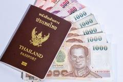 Passeport de la Thaïlande d'isolement sur le fond blanc avec le bain thaïlandais MOIS Photo libre de droits