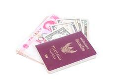 Passeport de la Thaïlande, dollar Etats-Unis et Chinois de RMB Photos libres de droits