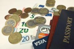 Passeport de nécessités de voyageur, cartes de crédit, argent liquide, pièces de monnaie, et un organisateur en cuir de voyage images stock
