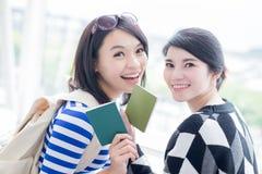 Passeport de prise de femme de beauté Photographie stock libre de droits