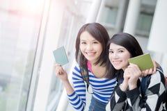 Passeport de prise de femme de beauté Photos stock