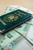 Passeport du Belarus avec des roubles Photo stock