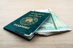 Passeport du Belarus avec des roubles Images stock