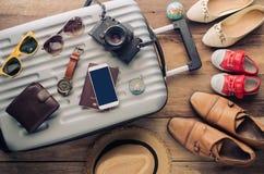 Passeport du ` s de voyageur d'habillement, portefeuille, verres, photo libre de droits
