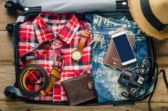 Passeport du ` s de voyageur d'habillement, portefeuille, verres images stock