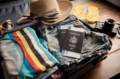 Passeport du ` s de voyageur d'habillement, portefeuille, verres, téléphone intelligent devic images stock