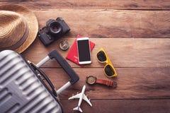 Passeport du ` s de voyageur d'habillement, portefeuille, verres, téléphone intelligent devic photos libres de droits