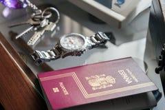 Passeport espagnol à côté des clés et de l'horloge Image libre de droits