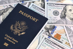 Passeport et argent photos stock