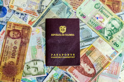 Passeport et argent colombiens Photos stock