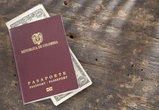 Passeport et argent colombiens sur le fond en bois Photos libres de droits