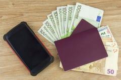 Passeport et argent sur la table en bois EURO billets de banque valides Migration illégale pour l'argent Photos stock