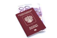 Passeport et argent sur le fond blanc Photos libres de droits