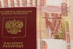 Passeport et billets de banque russes Image libre de droits