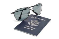 Passeport et lunettes de soleil américains images libres de droits