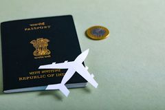 Passeport indien avec la devise indienne photographie stock