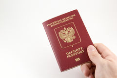 Passeport international russe à disposition Image stock