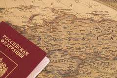 Passeport international russe sur la carte Photo stock