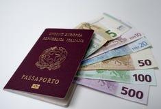 Passeport italien avec des boutons de manchette avec le vert italien de drapeau, blanc, rouge Photo libre de droits
