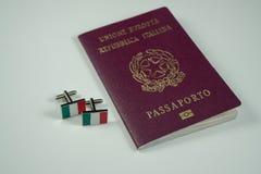 Passeport italien avec des boutons de manchette avec le vert italien de drapeau, blanc, rouge Image stock