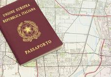 Passeport et carte photographie stock libre de droits