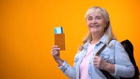 Passeport joyeux et billets d'apparence de femme de retrait?, se pr?parant ? la visite de voyage photographie stock