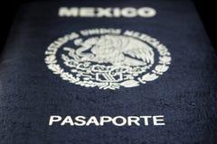 Passeport mexicain à un arrière-plan noir image libre de droits