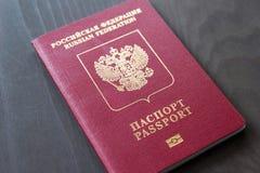 Passeport rouge sur un fond foncé gris photographie stock libre de droits
