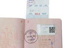 Passeport russe ouvert de page avec des timbres Images stock