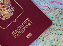 Passeport russe sur la carte du monde Photos stock