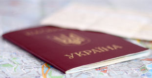 Passeport sur la carte Image stock