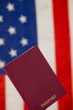 Passeport sur le fond de drapeau américain Photo stock