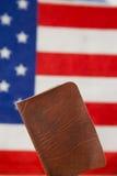 Passeport sur le fond de drapeau américain Image libre de droits