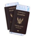 Passeport thaïlandais avec la carte de départ du bureau d'immigration Chemin de coupure images stock